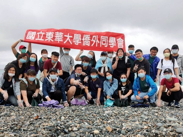 Donghwa's overseas Chinese student held beach cleanup: Protect our ocean together